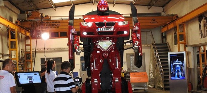 Απίστευτο: Μετέτρεψαν αυτοκίνητο BMW σε ρομπότ -Θυμίζει τα Transformers [βίντεο]