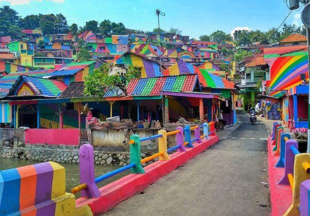 Έβαψαν πολύχρωμο το χωριό για να προσελκύσουν τουρίστες