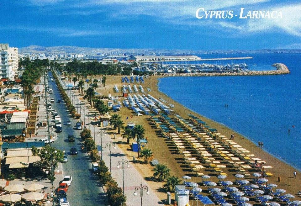 Τι ισχύει τελικά με τα κρεβατάκια και τις ομπρέλες στις κυπριακές παραλίες;