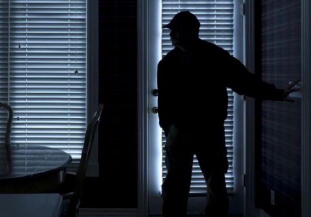 Τι κάνουμε αν παραβιάσει κάποιος το σπίτι μας [και είμαστε μέσα]