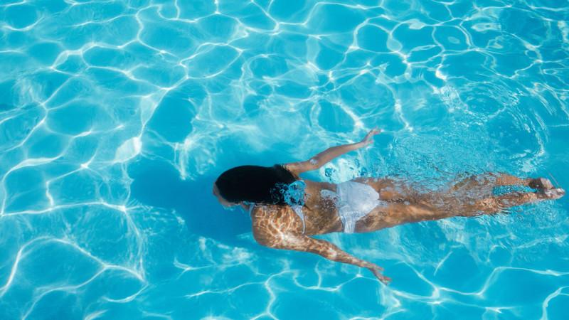 Αν μάθετε πόσα λίτρα ούρα μπορεί να περιέχει μία πισίνα θα σκεφτείτε διπλά να βουτήξετε μέσα…