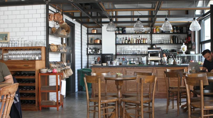 Ένα νέο bakery bar σερβίρει καφέ, ρακόμελο, μεζεδάκια και εντυπωσιάζει