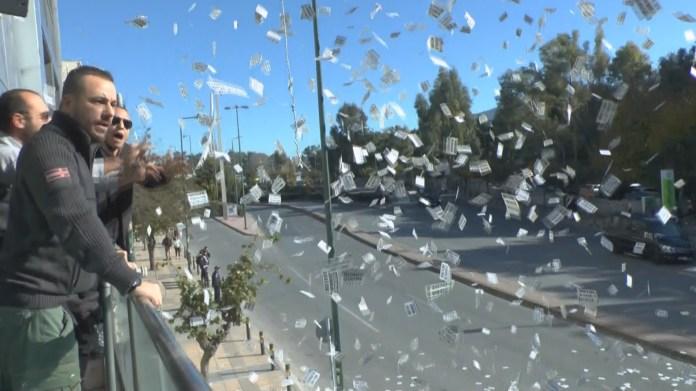 Οι Χρυσαυγίτες ανάγκασαν τον Ερντογάν να αλλάξει δρομολόγιο ενώ η φρουρά του προέβη σε βρισιές και χειρονομίες (video)