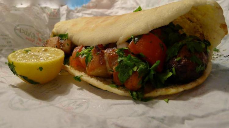 Τελικά πώς πρέπει να τρώγονται τα σουβλάκια στην Κύπρο; Με ταχίνι, πίκλα, γιαούρτι ή σκέτα; (Φωτογραφίες)