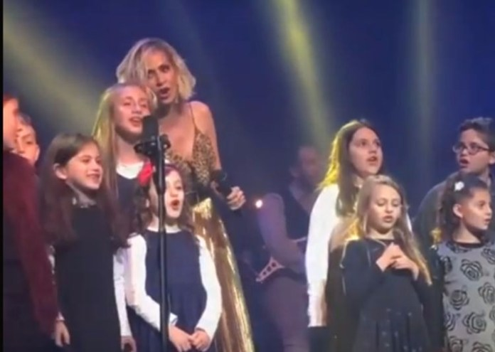 Άννα Βίσση – Τραγούδησε τα κάλαντα με μια υπέροχη παρέα παιδιών (video)