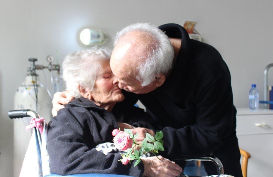 Ένα ζευγάρι από την Αλαμινό που υποφέρει από τη νόσο του Αλτσχάιμερ κάνει κάθε μέρα κάτι… πραγματικά απίστευτο