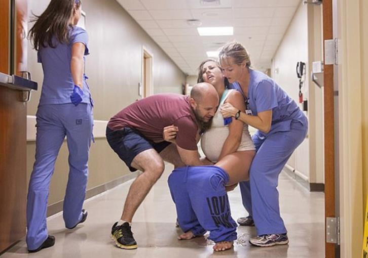 Έγκυος έφτασε πολύ αργά στο μαιευτήριο και… γέννησε στο διάδρομο (εικόνες)