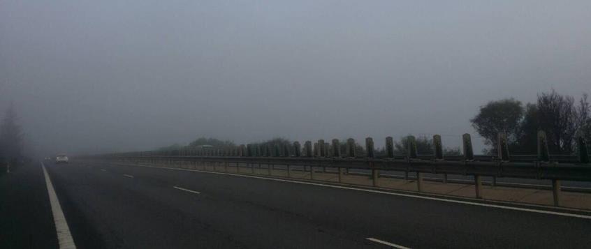 Επικίνδυνο κοκτέιλ ομίχλης και σκόνης στην ατμόσφαιρα – Αργεί αλλά υποχωρεί