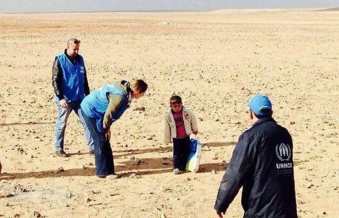 Παιδί από την Συρία διασχίζει μόνο του την έρημο κουβαλώντας τα ρούχα της νεκρής μάνας και αδερφής του!