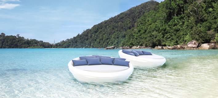 Ο πρώτος καναπές που επιπλέει (και δεν είναι φουσκωτός) είναι ελληνικός -Το δίδυμο Ελλήνων σχεδιαστών που πρωτοτυπεί [εικόνες]