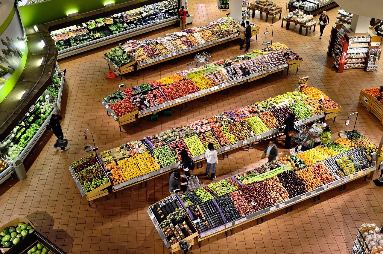 H πρώτη χώρα που αναγκάζει όλα τα σουπερμάρκετ να δίνουν το απούλητο φαγητό τους στους φτωχούς