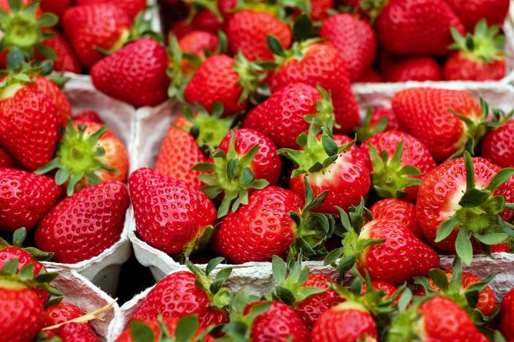 Πόσο αθώες είναι οι φράουλες που τρώμε;