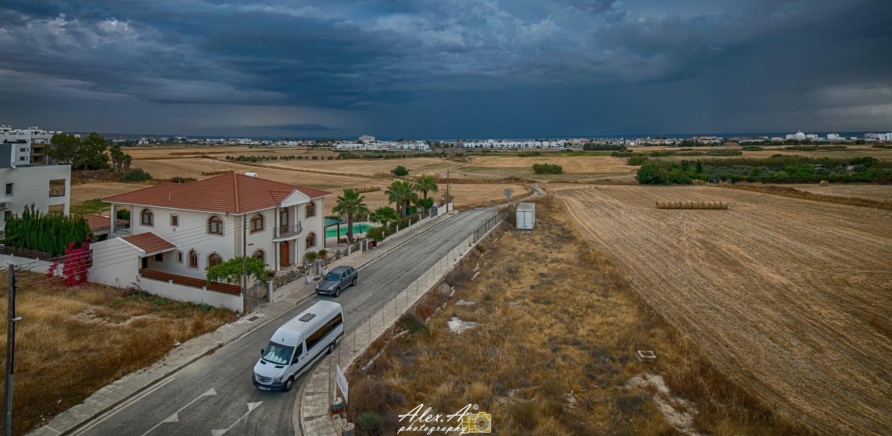 Απίστευτη φωτογραφία…Ο συννεφιασμένος ουρανός στα Λιβάδια που απλώνεται μέχρι και την Δεκέλεια (pic)