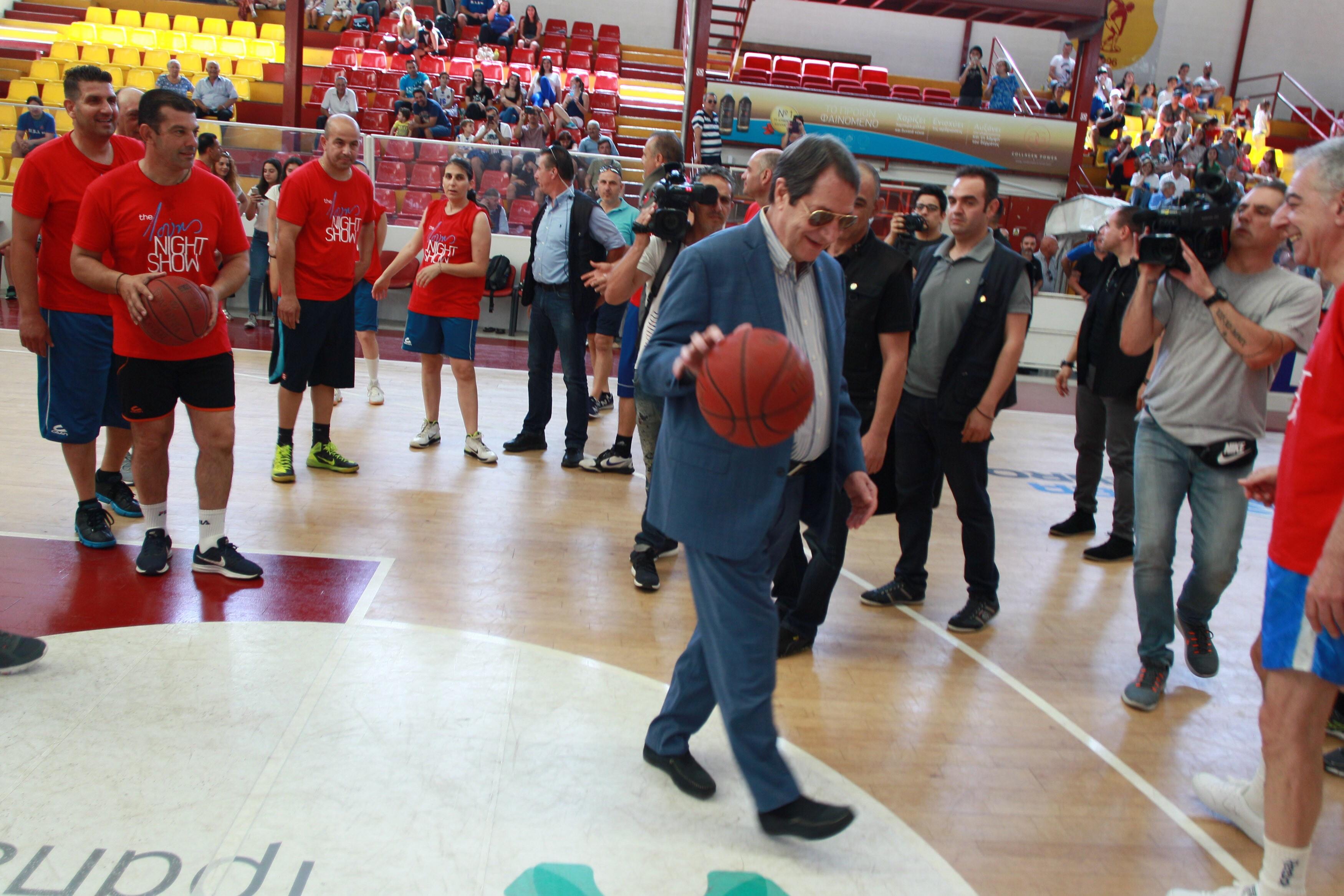 Έπαιξε μπάσκετ για καλό σκοπό ο Πρόεδρος