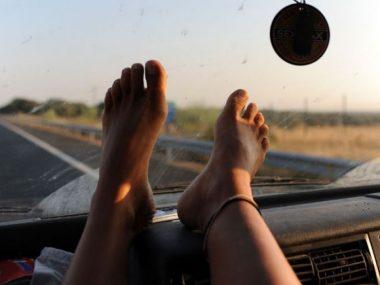 feet-on-dash
