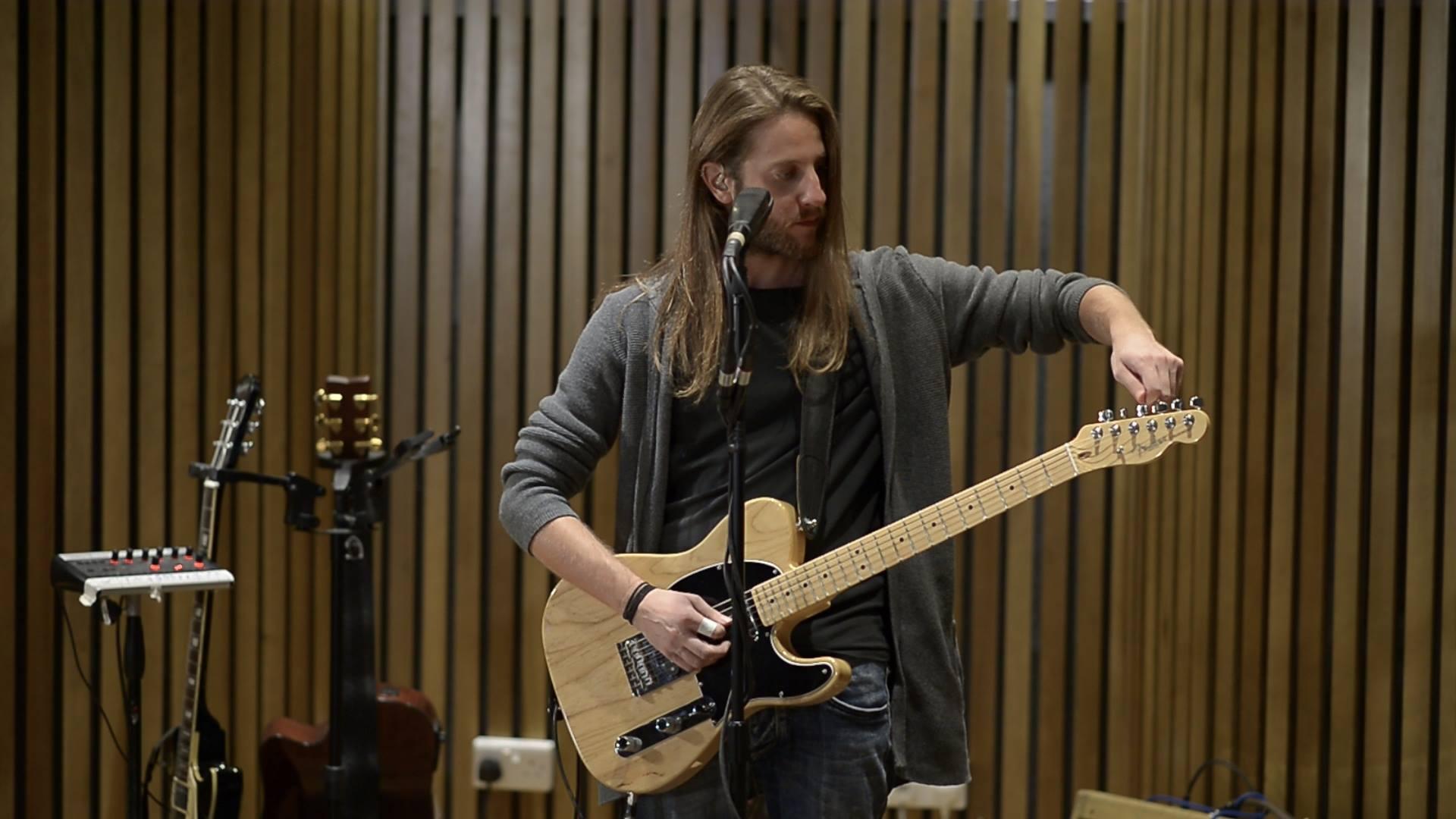 Η Λουβάνα Δίσκοι παρουσιάζει το δεύτερο επεισόδιο της σειράς ζωντανών βίντεο eleven63 Sessions, το οποίο φιλοξενεί τον Λαρνακιώτη Κωνσταντίνο Λεμέσιο και την μπάντα του