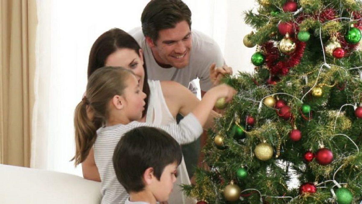 Πιο ευτυχισμένοι οι άνθρωποι που στολίζουν από νωρίς για τα Χριστούγεννα