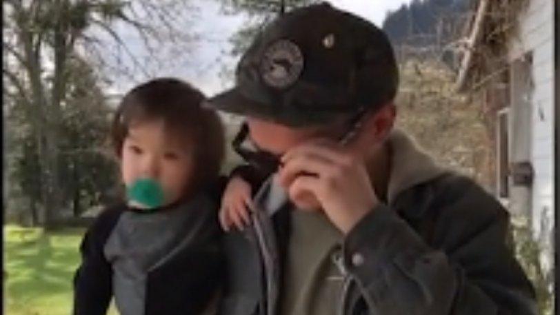 ΒΙΝΤΕΟ: Πατέρας με ολική αχρωματοψία βλέπει για πρώτη φορά το αγοράκι του καθαρά!