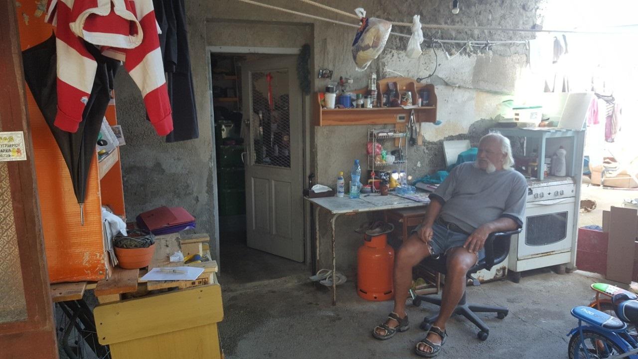 Σε μια παράγκα χωρίς ρεύμα, μπάνιο και αποχωρητήριο ζει 56χρονος
