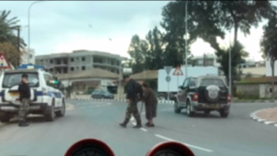 Ρίγη συγκίνησης προκαλεί η πράξη αγάπης από αστυνομικό (BINTEO)