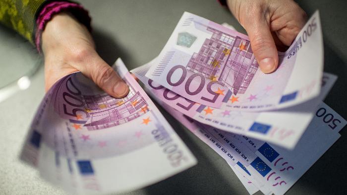 Πήγε για τσιγάρα και επέστρεψε με 100.000 ευρώ στην τσέπη (pic)