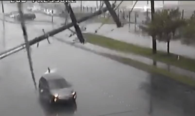 Γλίτωσαν από θαύμα: Η στιγμή που κολώνα ηλεκτροδότησης πέφτει σε αυτοκίνητο