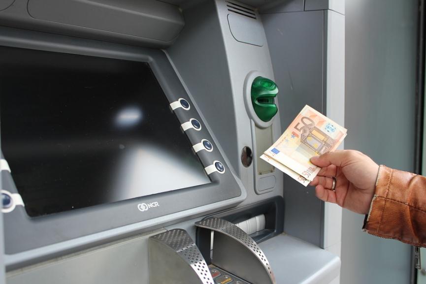 Τι αλλάζει στις χρεώσεις τραπεζών για λογαριασμούς και ΑΤΜ