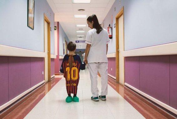 Έφτιαξαν ποδιές νοσοκομείου που μοιάζουν με ποδοσφαιρικές φανέλες
