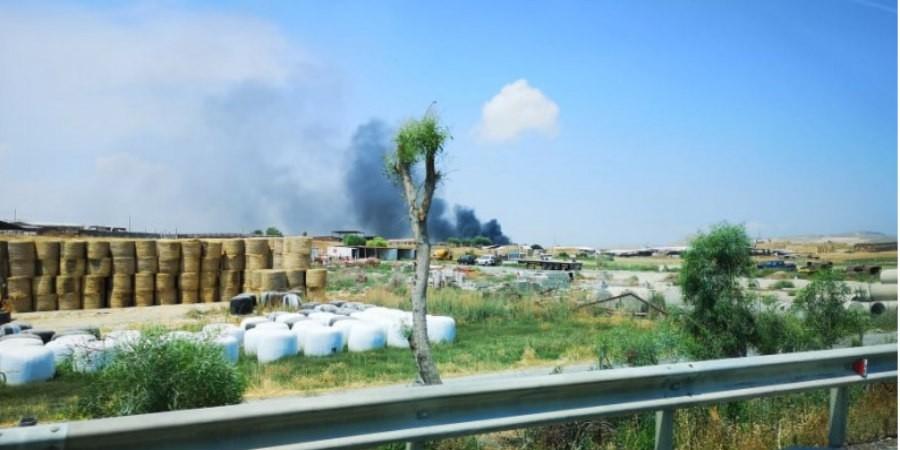 ΤΩΡΑ: Φωτιά σε κτηνοτροφικό υποστατικό στην Επ. Λάρνακας (pics)