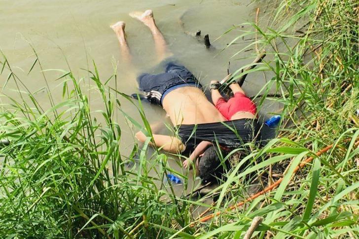 Μια τραγική ιστορία: Πατέρας νεκρός αγκαλιά με την κόρη του στα σύνορα ΗΠΑ-Μεξικό