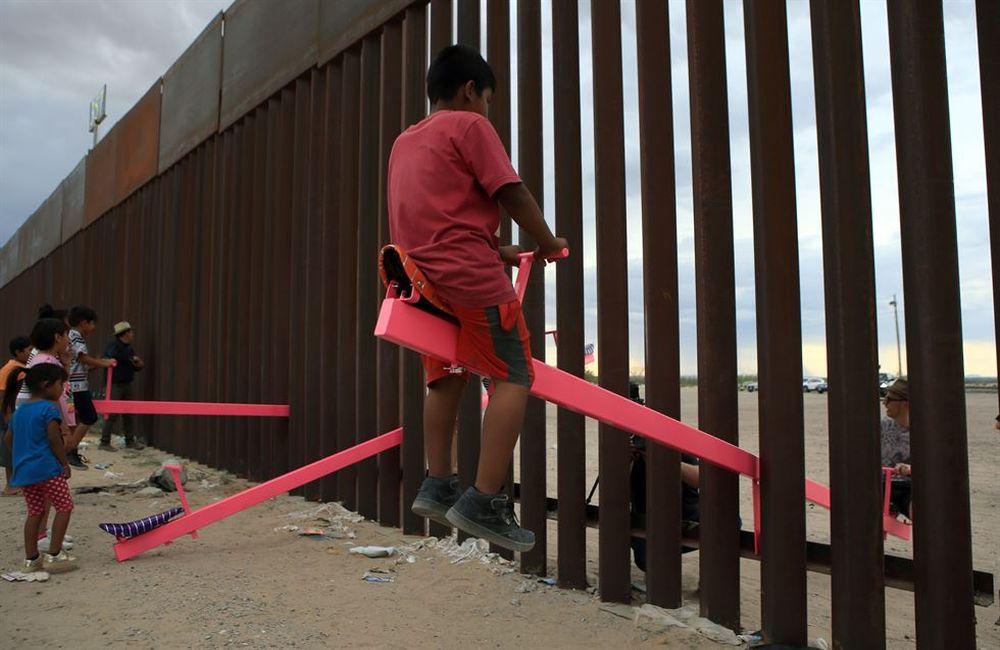 """Οι τραμπάλες που """"ενώνουν"""" τα παιδιά στα σύνορα ΗΠΑ – Μεξικό (ΒΙΝΤΕΟ)"""