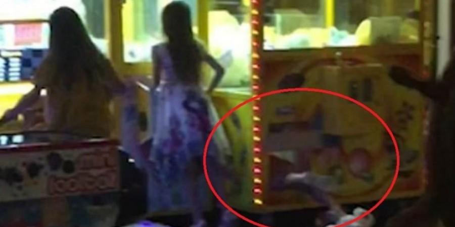 Η στιγμή που κοριτσάκι τρυπώνει στο μηχάνημα με τα κουκλάκια(vid)