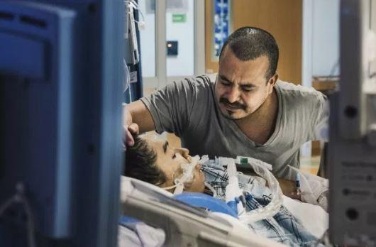 Η στιγμή που ο πατέρας αποχαιρετά την εγκεφαλικά νεκρή 13χρονη κόρη που επιχείρησε να αυτοκτονήσει (pics)