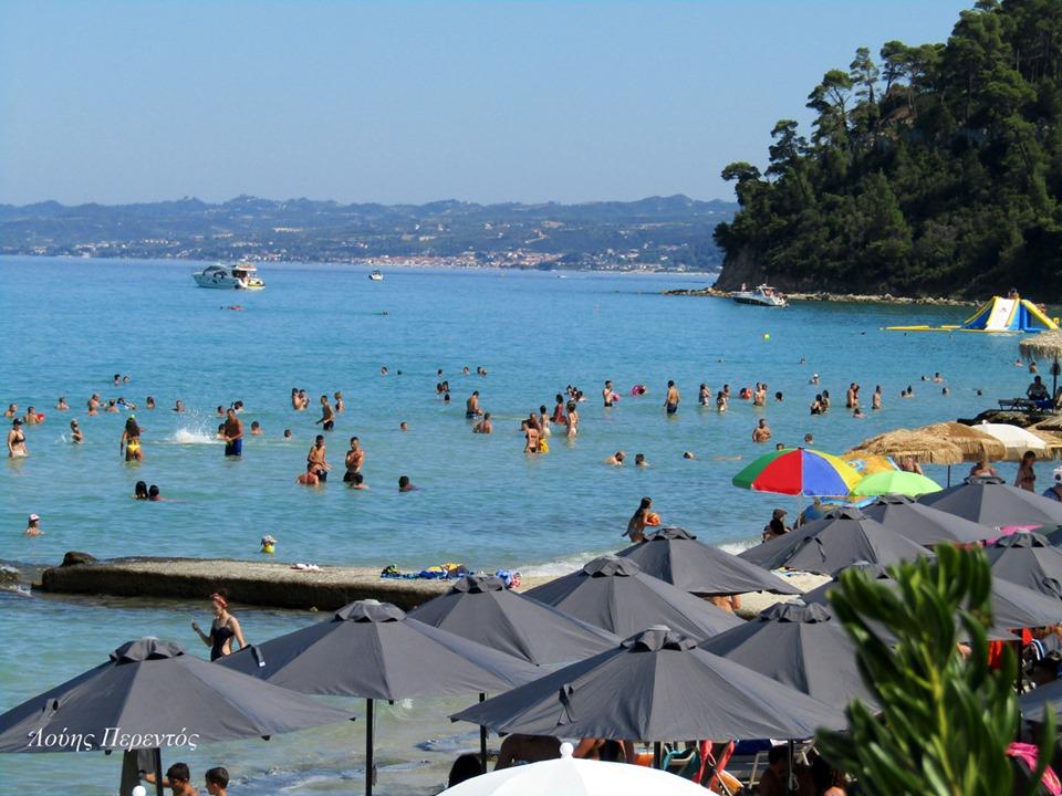 Καλοκαίρι στη θάλασσα με άπλετο γαλάζιο