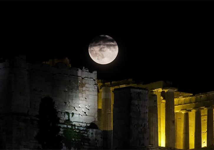 Καθηλώνουν οι εικόνες με το ολόγιομο φεγγάρι του Aυγούστου