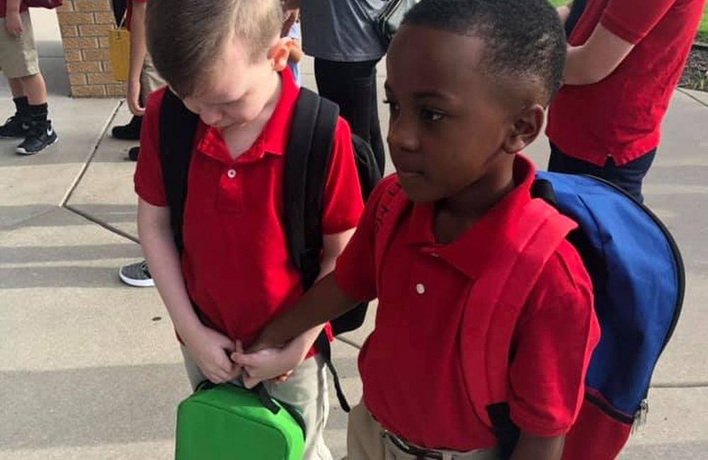 Οκτάχρονος έπιασε το χέρι συμμαθητή του με αυτισμό για να τον ηρεμήσει (βίντεο)