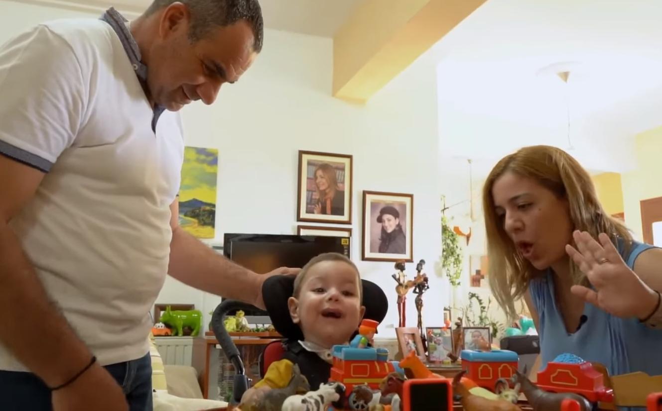 Ξεκινά το ταξίδι ζωής για τον μικρό Αντώνη – Ετοιμάζουν βαλίτσες μετά το ΝΑΙ από την Βοστώνη