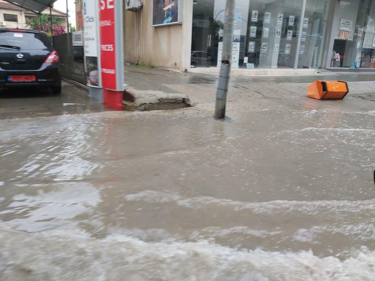 Κλειστοί δρόμοι στην Λάρνακα από τις βροχές (ΦΩΤΟ)