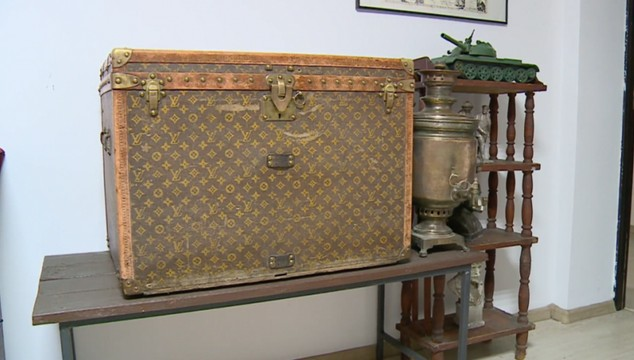 Είχαν ένα μπαούλο Louis Vuitton του 1880 χωρίς να το ξέρουν και έβαζαν μέσα σιτάρι! (video)