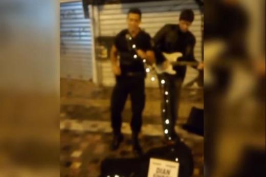 Μοναστηράκι: Αστυνομικός σε περιπολία τραγούδησε στο πλάι μουσικού του δρόμου