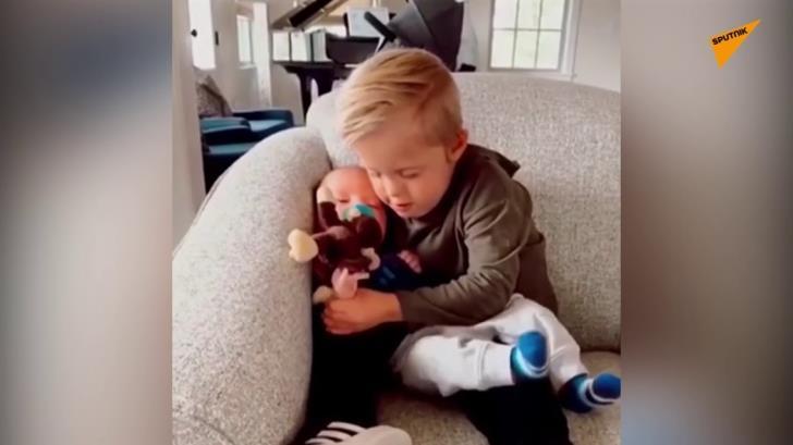Μικρό αγόρι με σύνδρομο Down προσπαθεί να ησυχάσει το αδερφάκι του