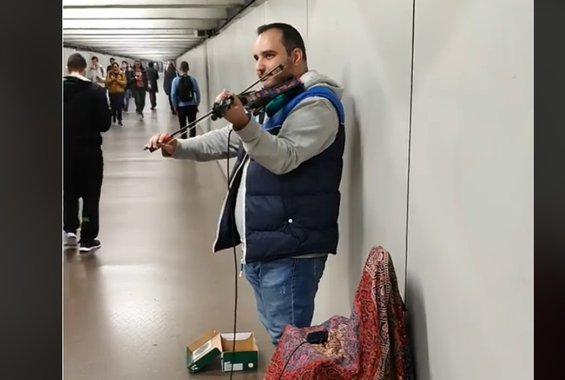 Κύπριος παίζει στο βιολί τη «Μηλιά» -στο μετρό της Βαρκελώνης- και γίνεται viral