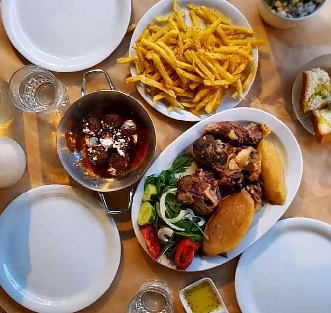 Το ελληνικό εστιατόριο στην ήσυχη Στοά Κουππά σε περιμένει κάθε Κυριακή μεσημέρι