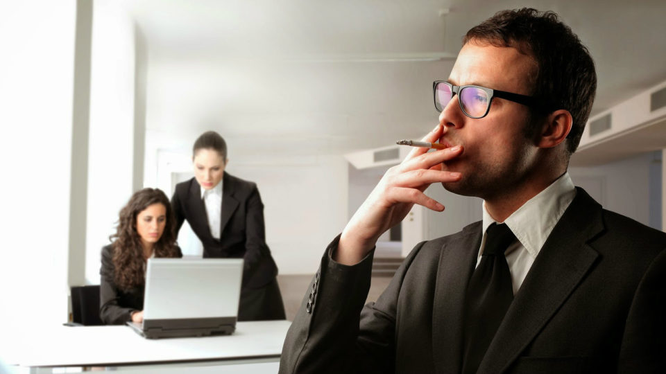 Εταιρεία στην Κύπρο έδωσε bonus στους υπαλλήλους της για να… σταματήσουν κάπνισμα!