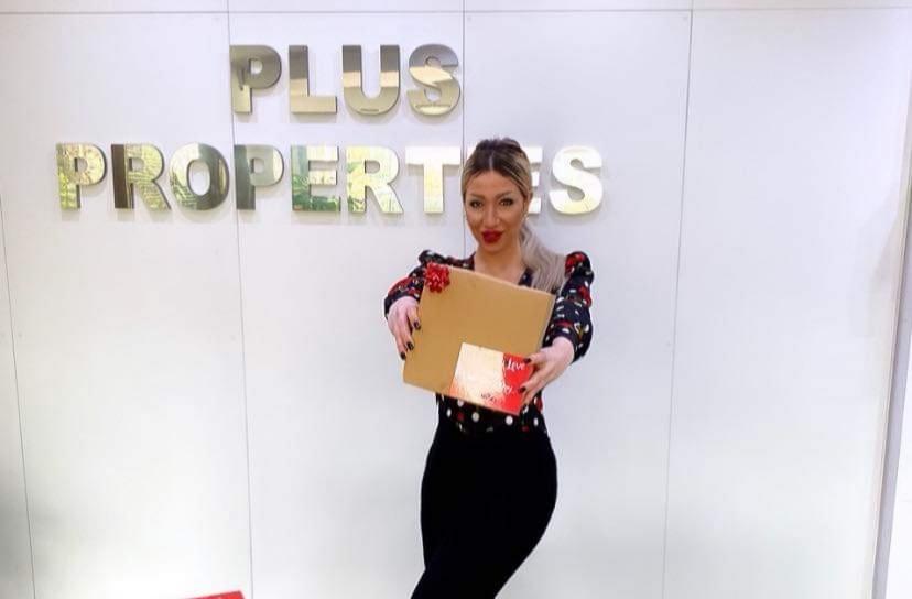 Η PR Manager της Plus Properties Cyprus Χριστίνα Μάτσα μοιράζει με όλη την ομάδα Valentine Cakes για φίλους και συνεργάτες της εταιρείας