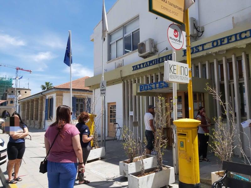 Χωρίς τέντες για προστασία από τον ήλιο έξω από το Ταχυδρομείο Λάρνακας