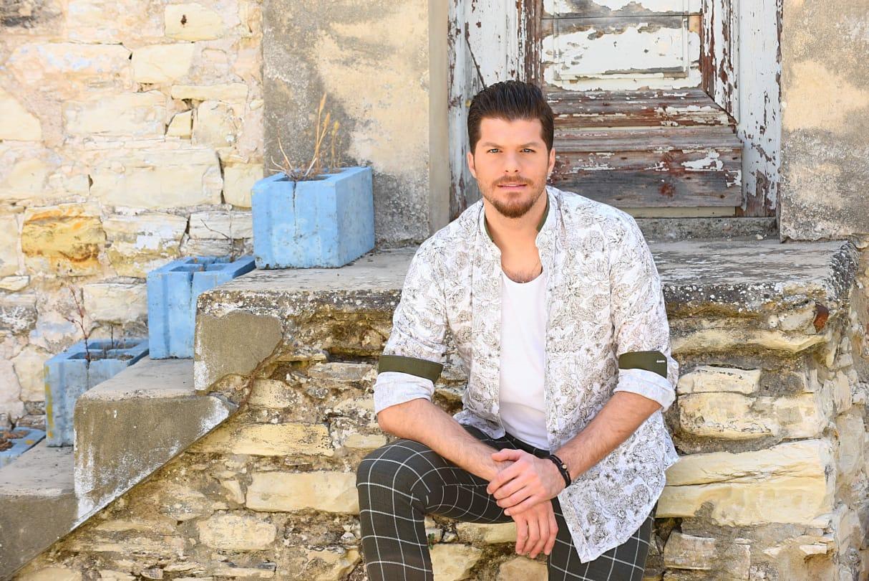 «Πάμε απ' την αρχή»: Άρωμα νησιωτικής Ελλάδας στο νέο τραγούδι του Λούκα Γιώρκα (ΒΙΝΤΕΟ)
