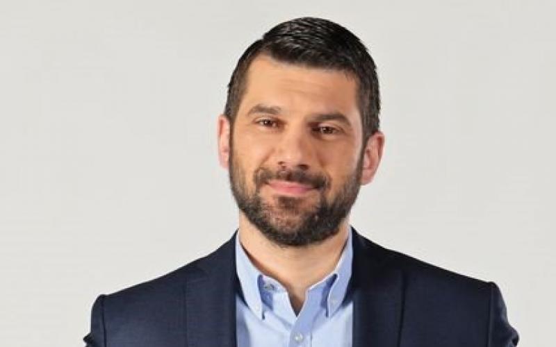 Ο Συμπολίτης μας Α.Κημήτρης ποζάρει στο φακό ως ο νέος παρουσιαστής του δελτίου ειδήσεων του ΡΙΚ (ΦΩΤΟ)