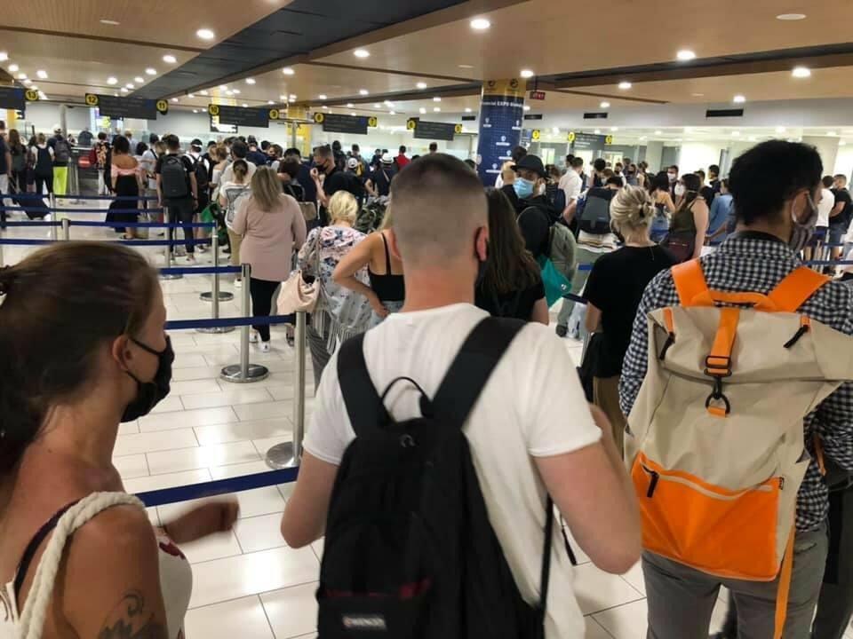 Το αδιαχώρητο στο αεροδρόμιο Λάρνακας – Πλήθος κόσμου χωρίς να τηρούνται τα μέτρα