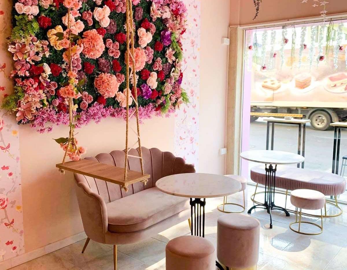 Το νέο café που ομορφαίνει το κέντρο της Λάρνακας με τα λουλούδια του